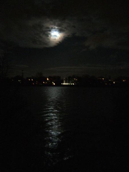 Der Mond über dem See