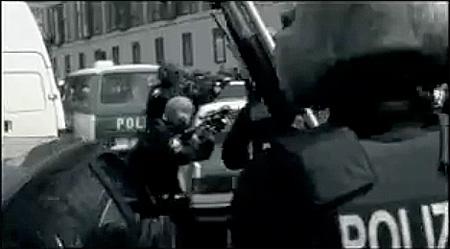 Rammstein wird von der Berliner Polizei und dem SEK zum Aufgeben aufgefordert