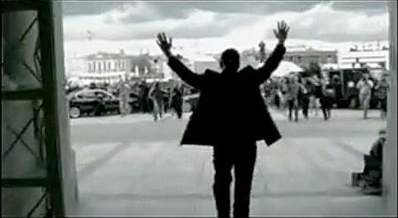 Paul Landers segnet die Menschen vor dem Staatsratsgebäude (heute Hertie School of Governance)