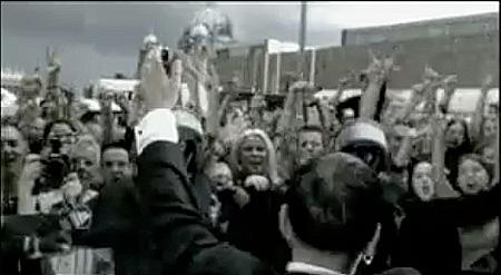 Paul Landers läßt sich vor dem Palast der Republik (da steht er noch) feiern