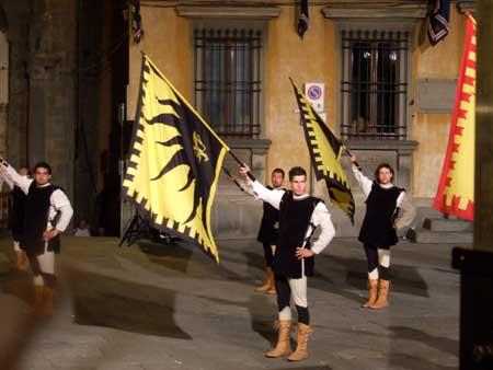 Nächtliche Fahnenschwenker in Cortona